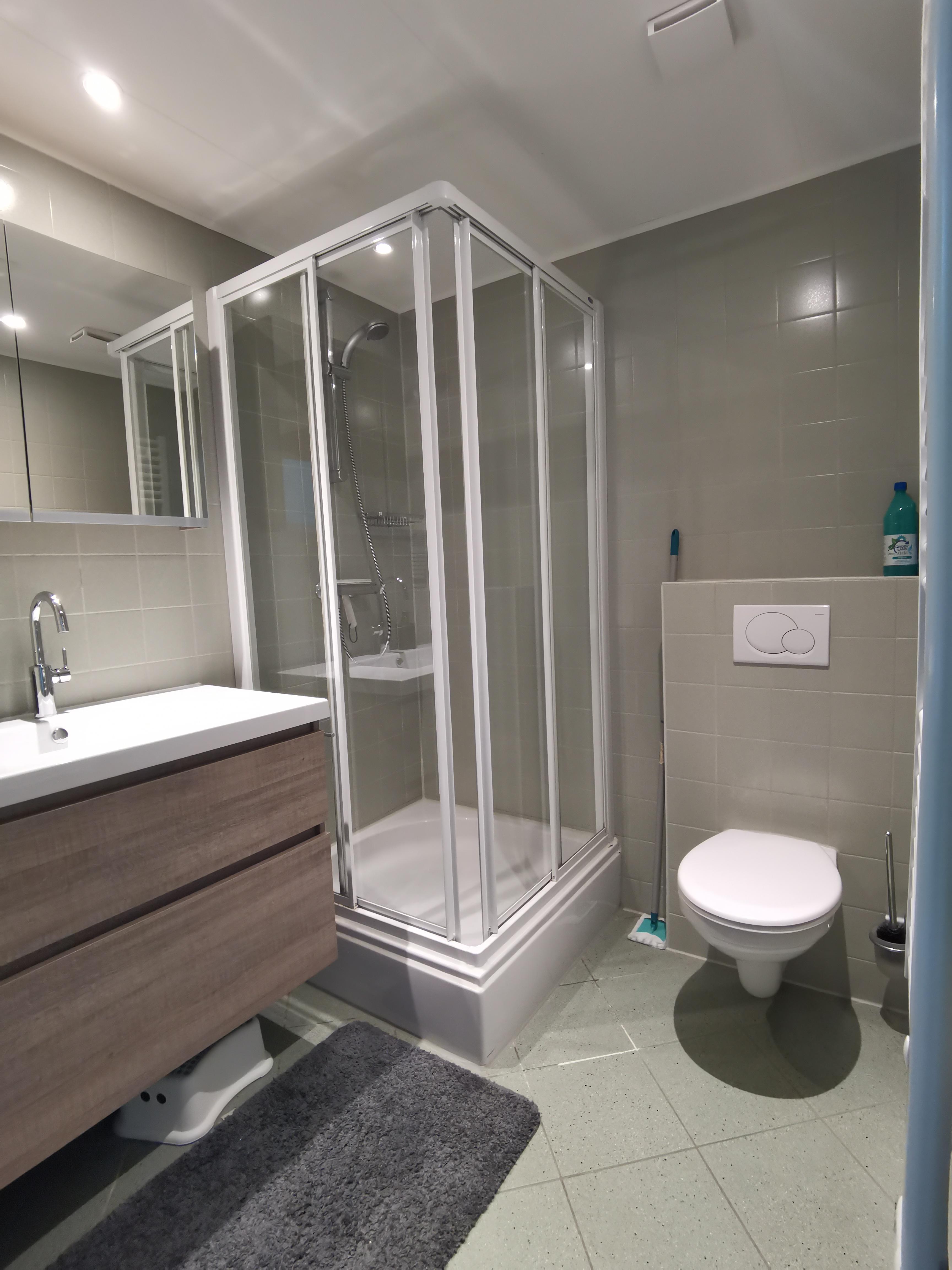 Wastafel in de badkamer boven